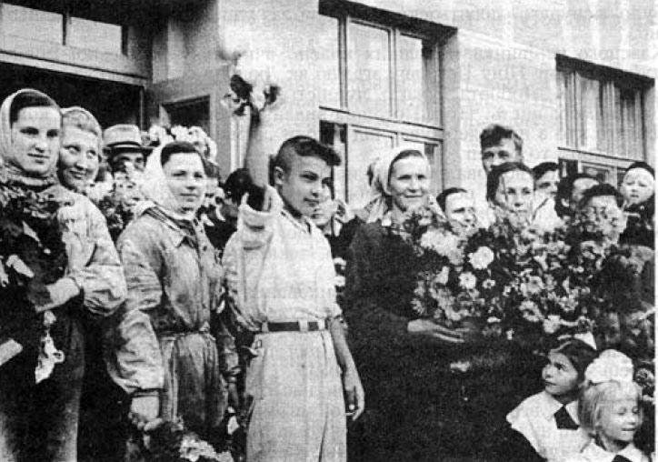 Свято Першого дзвоника у новому приміщенні школи. 1960 рік. З дзвоником — Володимир Кукало.