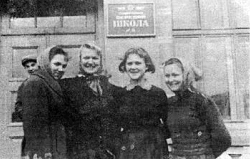 Випускниці 1961 року: Мазуревич Галя Петришин Ганна Биковець Світлана Герзон Зоряна
