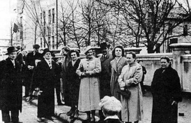 Іванна Василівна Макар (у капелюшку) вчителями.
