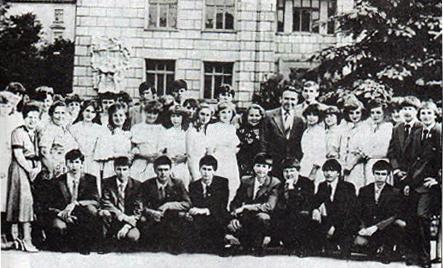 Мозгова Фросина Антонівна і Левенець Дмитро Семенович з учнями у 1983р.