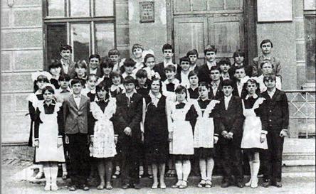 Класний керівник Корчевська О.В. зі своїми учнями у 1984р.