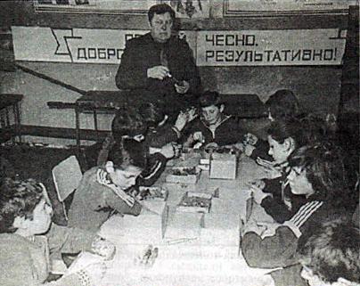 Чаплюк Сергій Григорович проводить заняття з продуктивної праці у 1986р.