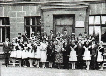 Випускники 1989р. року зі своїми вчителями