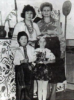 Біловус Наталія Юліанівна та Пустовідко Людмила Федорівна з учнями на відкритті світлиці школи