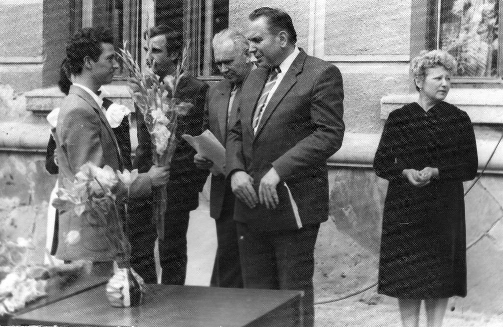 Левенеиь Дмитро Семенович отримує квіти від учнів.