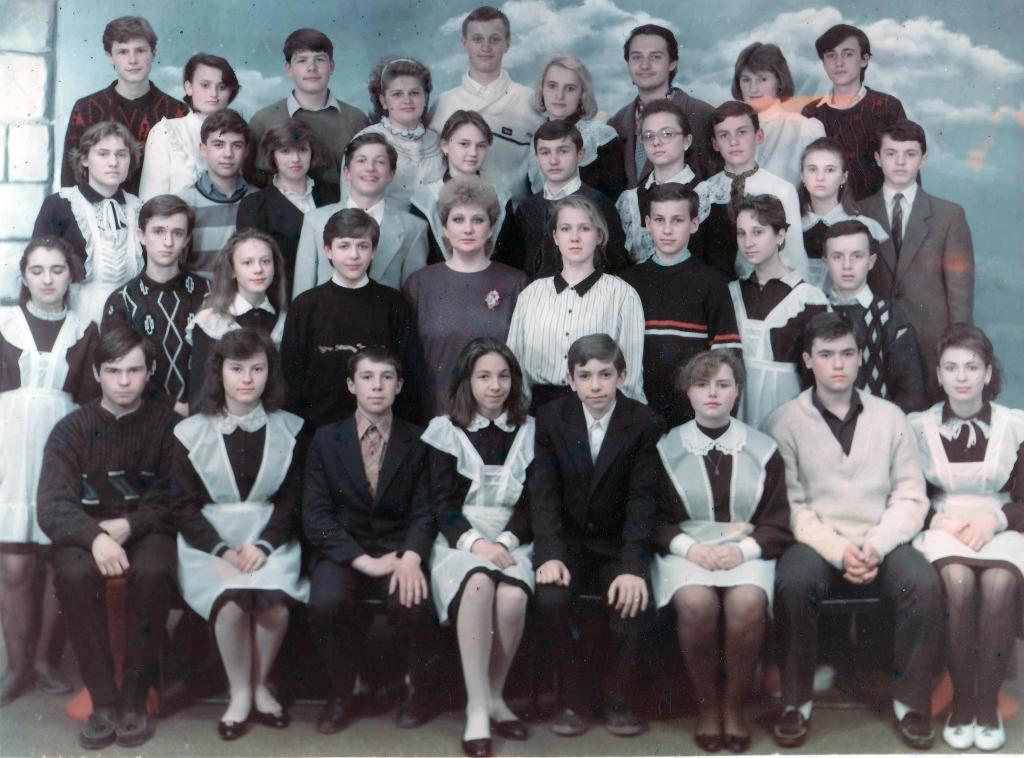 Анцібор Наталія Олексіївна з учнями 9-го класу. 1990р.