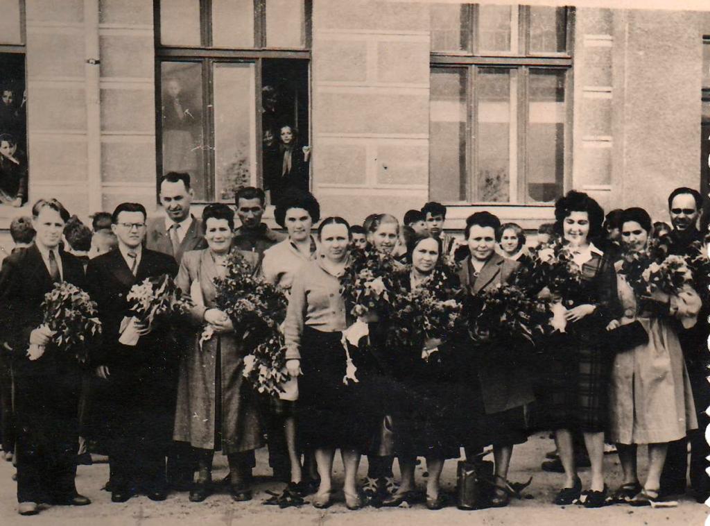 Вчителі школи після свята Останнього дзвоника 24.05.1961 р.